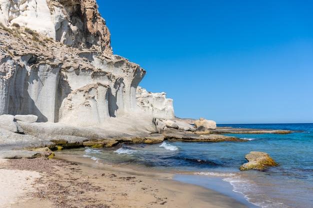 Playa de enmedio em cabo de gata em um lindo dia de verão, almería