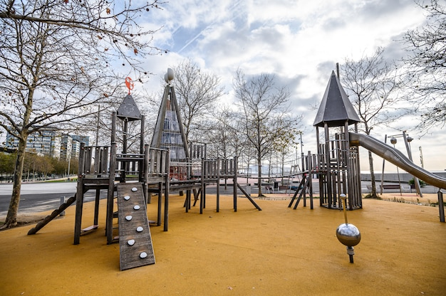 Playground ao ar livre para crianças modernas, piso macio. 03.01.2020 barcelona, espanha