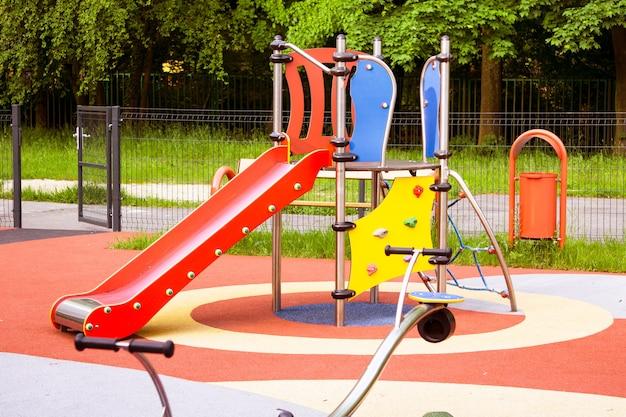 Playground colorido no quintal do parque.