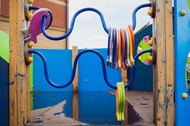 Playground colorido no quintal no parque.