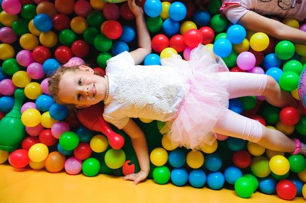 Playground interno com bolas de plástico coloridas para crianças