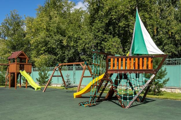 Playground vazio para crianças de lazer e recreação com um brinquedo no parque como uma criança em um estilo natural. parque infantil em um balanço para a mãe e o bebê