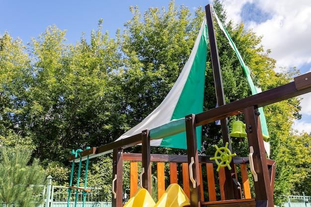 Playground vazio para crianças de lazer e recreação com um brinquedo no parque como uma criança em um estilo natural.