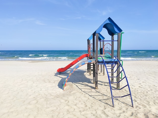 Playhouse para crianças na areia perto do mar. parque infantil na praia, dia de sol, ninguém. conceito de recreação, atividades infantis, diversão putdoor.