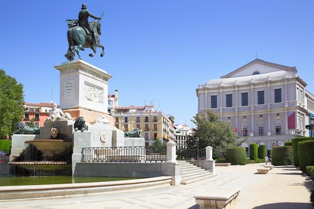 Plaza de oriente em madrid com o monumento de felipe iv (foi inaugurado em 1843) e opera, espanha.