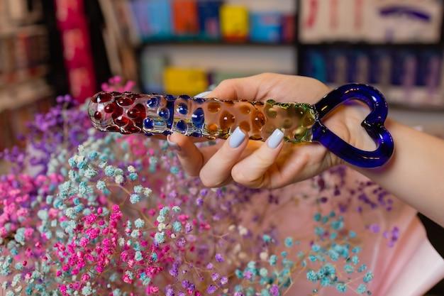 Plug anal de vidro anal com cauda fofa com mãos femininas. brinquedo para jogos adultos.