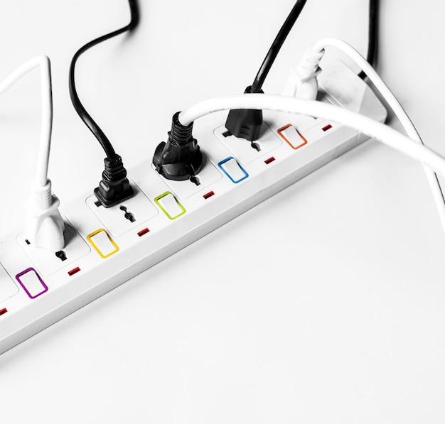Plugue de alimentação elétrica isolado no branco
