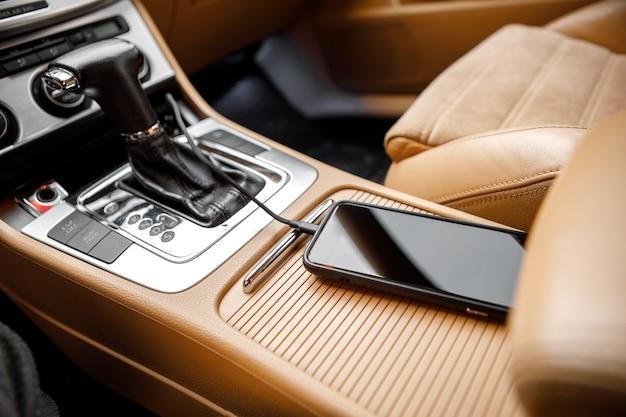 Plugue do carregador do telefone no carro. ligue o telefone ao carro