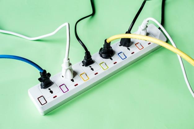 Plugue e tomada de energia elétrica
