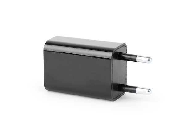 Plugue elétrico na tomada elétrica em um fundo branco
