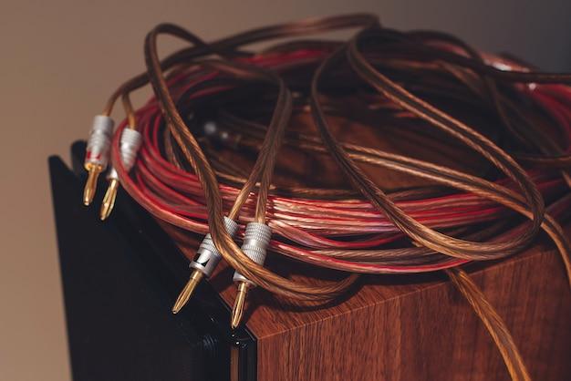 Plugues e fios de conexão. cabos de áudio e vídeo em fundo preto. cabos de áudio, close-up.