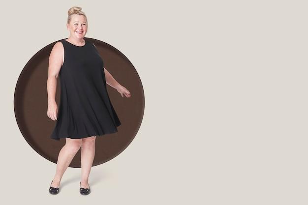 Plus size fashion mulher posando com vestido preto, espaço de cópia