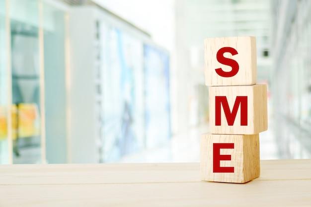 Pme, pequenas e médias empresas, palavra comercial em fundo de cubos de madeira, com espaço de cópia para texto