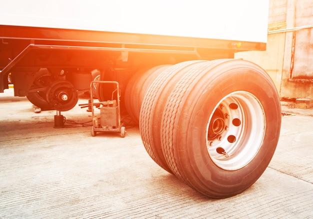 Pneu de rodas sobressalentes de caminhão aguardando alteração manutenção e reparos do trailer