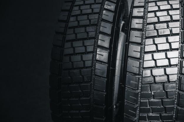 Pneu limpo do caminhão, fundo preto novo brilhante pneu de carro