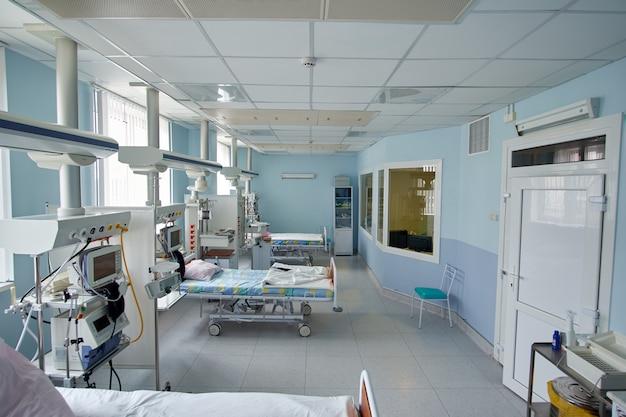 Pneumonia devido ao coronavírus. sala de emergência moderna de terapia intensiva vazia