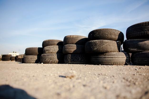 Pneus alinhados no asfalto