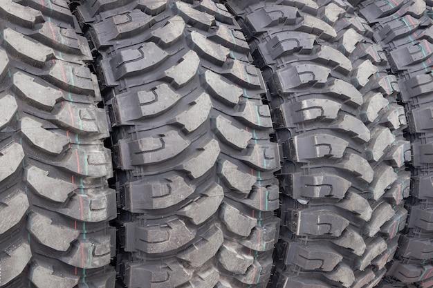 Pneus de carro pretos em loja de automóveis, close