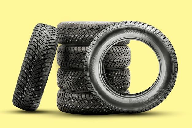 Pneus de inverno cravejados, um conjunto de rodas de inverno.