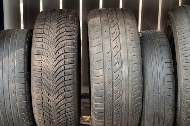 Pneus de pneus de carros usados no estaleiro de reparação de pneus