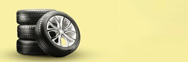 Pneus de verão e pilhas de rodas em fundo amarelo, novo layout longo em branco