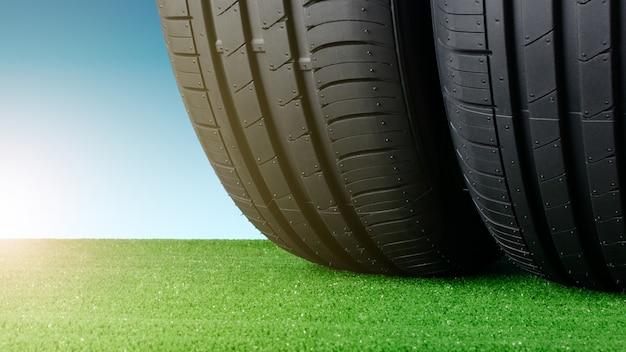 Pneus de verão para carros na grama