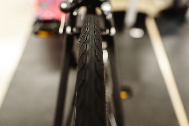 Pneus e freio traseiro de uma bicicleta de estrada.