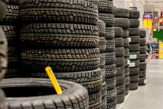 Pneus e rodas de carro em armazém na loja de pneus.
