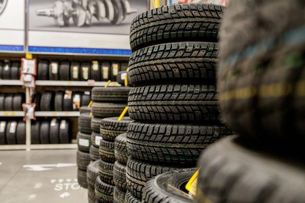 Pneus e rodas de carro no armazém na loja de pneus.