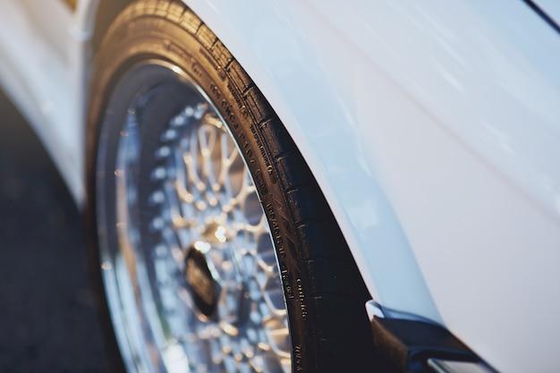 Pneus e rodas no carro retro branco