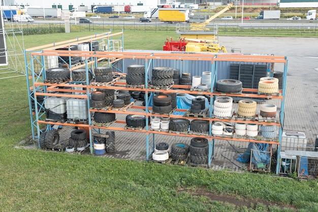 Pneus para equipamentos de construção em um rack