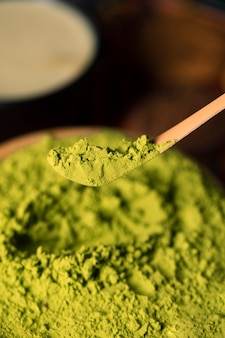 Pó asiático de alto ângulo verde para matcha de chá