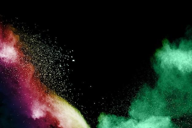 Pó colorido lançado em fundo preto