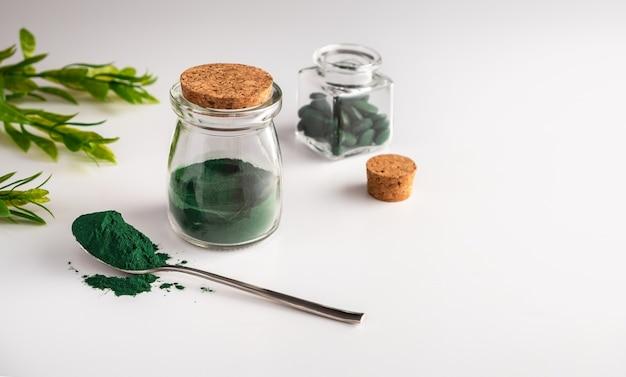 Pó de algas clorela em um frasco de vidro