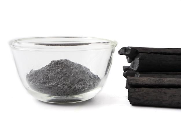 Pó de carvão ativado em fundo branco