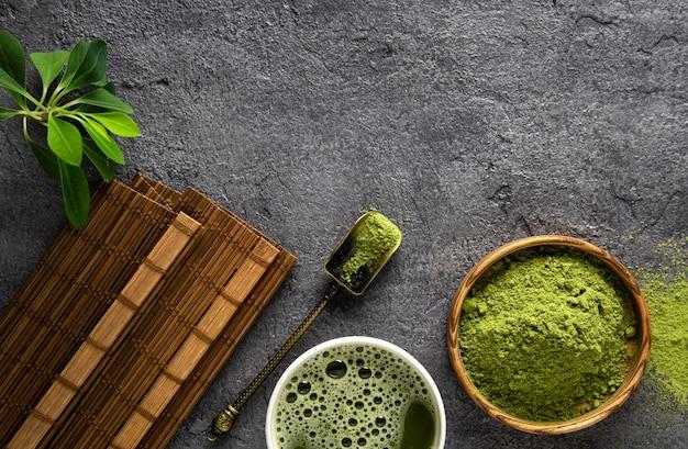 Pó de chá matcha e acessórios de chá em fundo escuro. cerimônia do chá. bebida saudável. bebida tradicional japonesa.