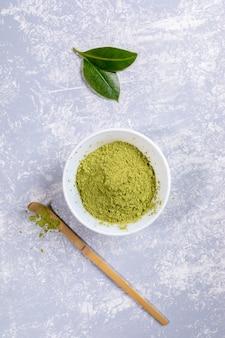 Pó de chá matcha verde em uma tigela branca