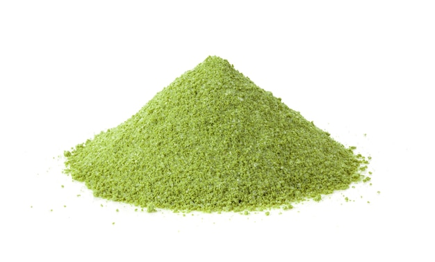 Pó de chá verde instantâneo isolado no fundo branco