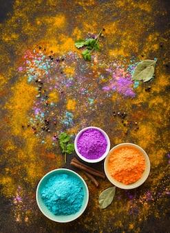 Pó de cores indianas tradicionais holi, especiarias, fundo rústico.