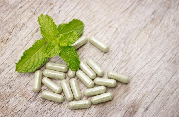 Pó de ervas medicinais com cápsulas para uma alimentação saudável de muitas ervas, suplemento alternativo para uma boa vida