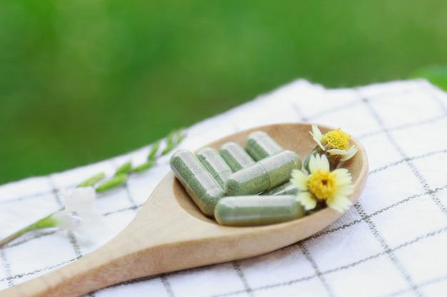Pó de ervas medicinais com cápsulas para uma alimentação saudável de muitas ervas