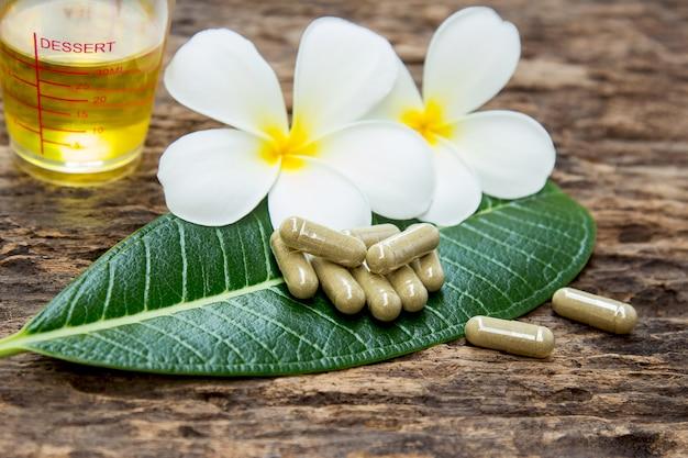 Pó de ervas medicinais com cápsulas para uma alimentação saudável