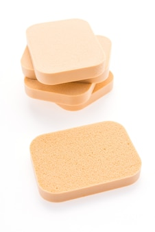 Pó de esponja de rosto isolado no branco