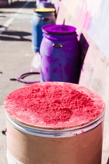 Pó de holi colorido sobre o tambor ao ar livre