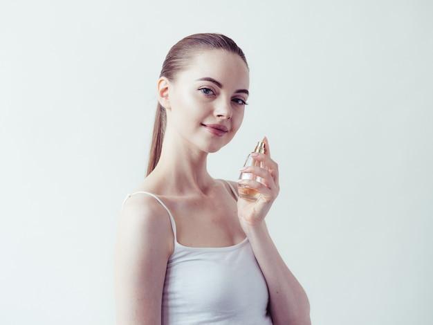Pó de maquiagem de mulher aplicando a pele do rosto lindo retrato feminino natural.