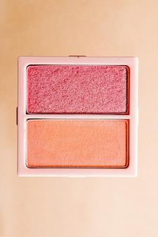 Pó de sombra ou paleta de maquiagem de blush como plana leigos isolados em sombra de olhos de beleza de fundo dourado.