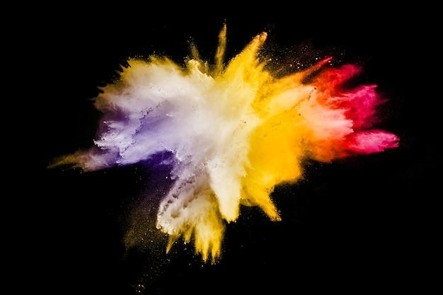 Pó multicolorido abstrato salpicado em fundo preto