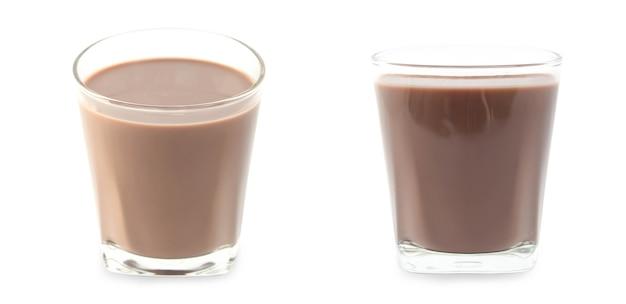 Poça de leite com chocolate em vidro isolado no fundo branco