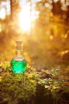 Poção de ervas. elixir à base de plantas. poção mágica. medicina homeopática.