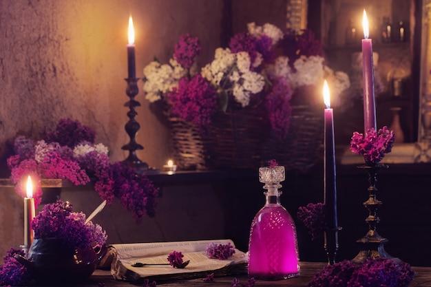 Poção mágica de flores lilás na casa da bruxa